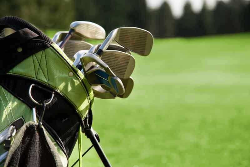 Llevar palos de golf en avión