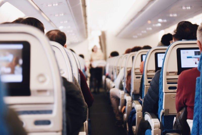 Viajar solo con equipaje de mano aerolíneas