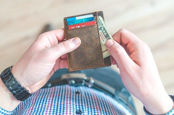 llevar dinero efectivo aeropuerto